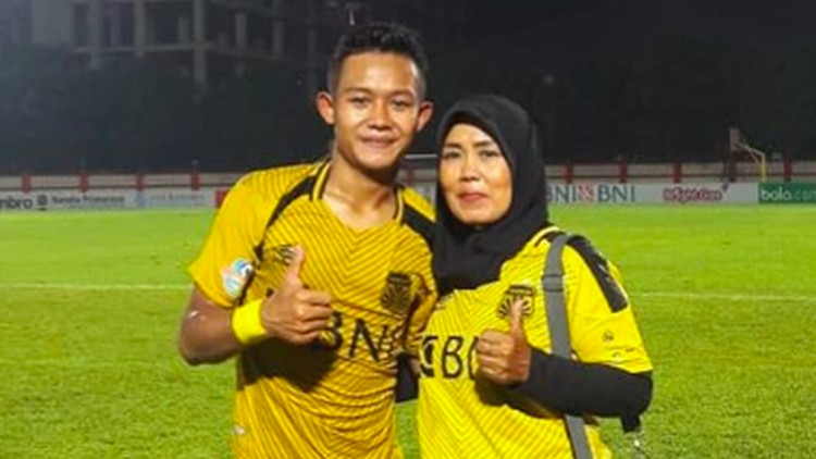 Impian ibunda Sani Rizki Fauzi pun terwujud ketika melihat putranya sukses membawa kemenangan bagi Timnas Indonesia.