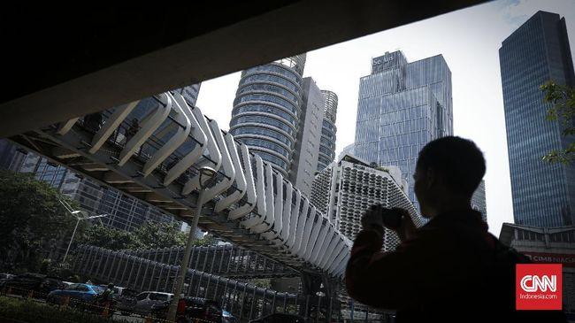 Warga memotret JPO Gelora Bung Karno yang telah rampung direvitalisasi, Jakarta, 28 Februari 2019. Pembangunan JPO GBK tersebut bersumber dari Dana Koefisien Lantai Bangunan (KLB). (CNN Indonesia/ Hesti Rika)