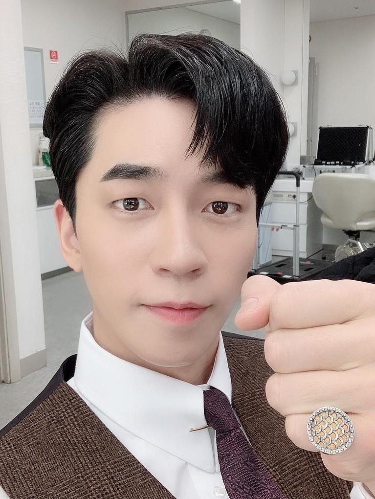 Sukses dengan perannya sebagai Kaisar Lee Hyukdi drama The Last Empress, seperti apa sih jejak karier Shin Sung-rok? Yang mau tahu simak yuk!