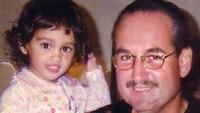 <p>Cinta terlihat sudah dekat dengan Papa Michael sedari kecil, Bun. Setidaknya hal itu terlihat dari foto masa kecilnya bersama sang papa yang diunggah pada perayaan hari ayah sedunia. (Foto: Instagram @claurakiehl)</p>