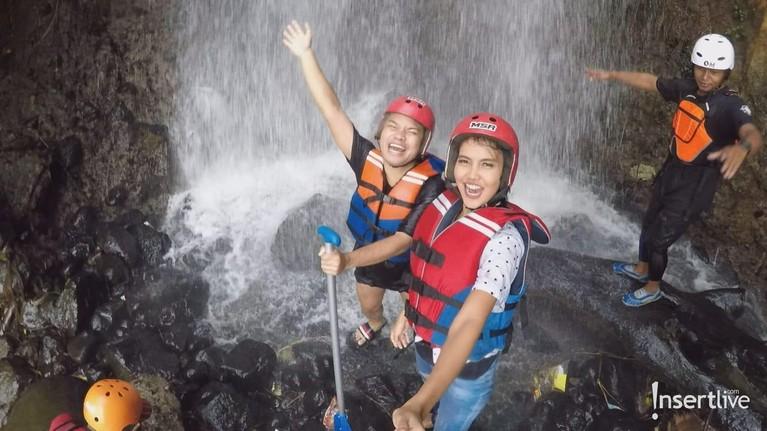 Tak ketinggalan nih para host Celebrity On Vacation juga berkunjungke Cianten River Village, dan melakukan aktivitas offroad dan juga mandi di air terjun. Wow seru banget!