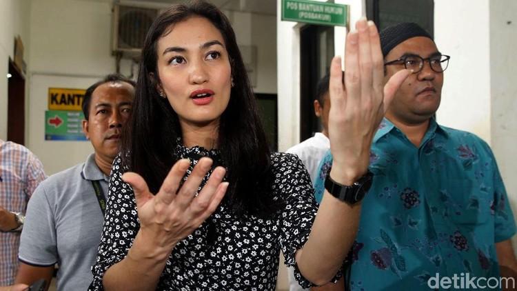 Atiqah Hasiholan memberi dukungan pada sang bunda, Ratna Sarumpaet, yang menjalani sidang perdana.a
