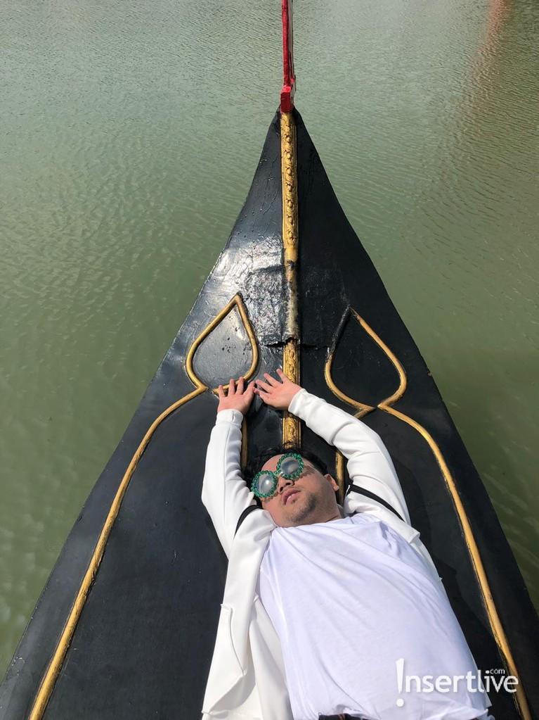 Ncess Nabati berpose manja di atas perahu gondola, kocak abis!