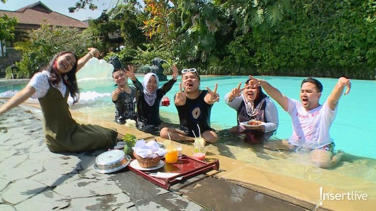 Para host Celebrity On Vacation juga seru-seruan berenang di kolam renang hotel Novus Girl, Cianjur.