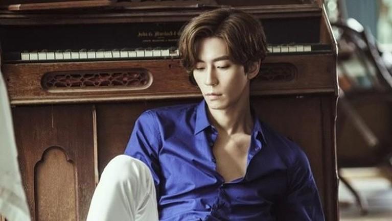 Shin Sung-rok sempat mengalami cidera, sehingga karier basketnya harus berakhir. Ia memutuskan untuk masuk ke jurusan Teater dan Film di Universitas Suwon.