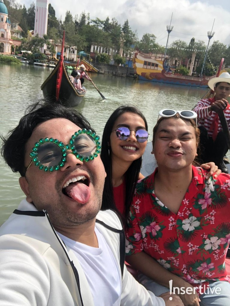 Para hostCelebrity On Vacation mencoba sensasi menaiki perahu gondola bak di Italia.