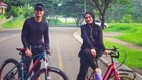 <p>Olahraga sama pasangan itu emang udah paling seru ya, Bun. Wajib dicontoh nih. (Foto: Instagram @hengkykurniawan)</p>