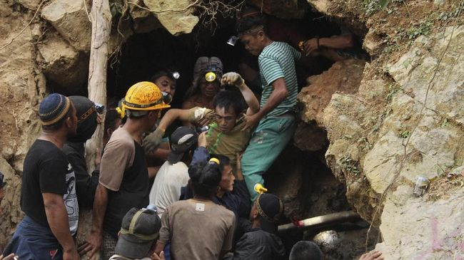Tambang emas ilegal di Parigi Moutong, Sulawesi Tengah longsor dan menimbun puluhan penambang.