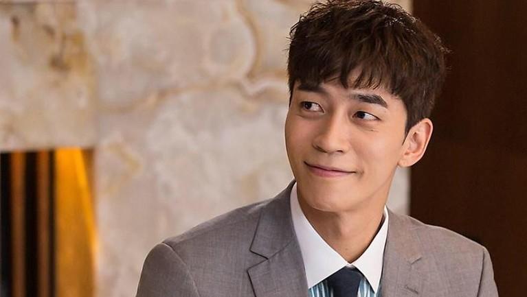 Nama Shin Sung-rok mulai dikenal setelah mendapatkan peran sebagai Lee Jae-kyung di drama My Love From The Star pada tahun 2013 lalu.