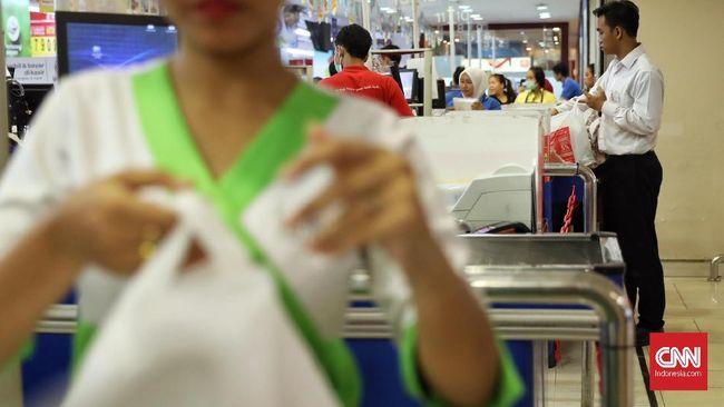 Pengusaha plastik meminta pemerintah pusat mendorong dicabutnya peraturan daerah soal penggunaan kantong plastik lantaran bakal diberlakukannya cukai plastik.