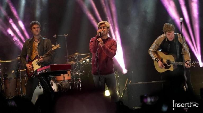 Kodaline sukses menggelar konser di Istora Senayan Jakarta pada Jumat (1/3) malam. Ribuan fans Kodaline larut dalam konser bertajuk Politics of Living Tour.
