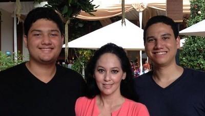 7 Momen Quality Time Meriam Bellina Bersama Dua Putranya