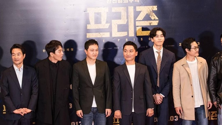 Shin Sung Rok meraih penghargaan untuk nominasi 'Best Supporting Actor' lewat serial drama Definitely Neighbors, di ajangSBS Drama Awardstahun 2010.