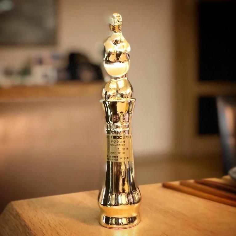 Shin Sung Rok meraih penghargaan dalam nominasi 'Excellence Actor In A Miniseries' lewat filmMan Whoe Dies to Lives, di ajang penghargaanMBC Drama Awardstahun 2017.