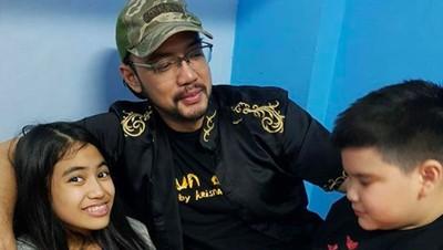 Mengenang 8 Momen Kebersamaan Sandy Tumiwa Bersama Anak-anaknya