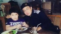 <p>Sandy rupanya sering menghabiskan waktu bersama anak laki-lakinya. Kali ini, makan bareng Latafka. (Foto:Instagram @sandy_tumiwa82)</p>