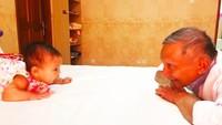 <p>Amien juga sangat dekat dengan Sarahza, anak perempuan Hanum. Lihat gaya Amien saat momong cucu, berhadap-hadapan seolah ingin mengajak ngobrol ya, Bun. Usia keduanya berjarak 73 tahun. (Foto: Instagram @hanumrais)</p>