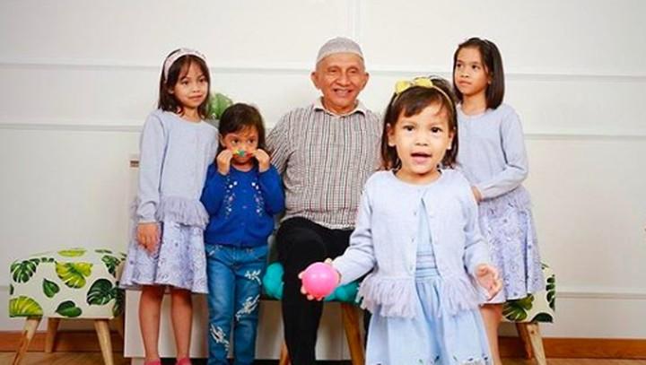 Amien Rais dikenal sebagai tokoh politik yang berani menyuarakan pendapatnya. Di balik itu semua, dia merupakan kakek yang sangat family man. Dekat dengan cucu.