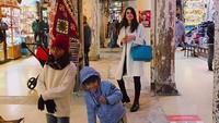 <p>Lihat deh, mantan kekasih Reino Barack ini memang akrab banget kan sama anak-anak? (Foto: Instagram @Lunamaya)</p>
