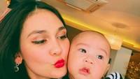 <p>Hayo, Bunda bisa tebak tidak siapa bayi laki-laki yang sedang digendong Luna Maya ini? (Foto: Instagram @Lunamaya)</p>