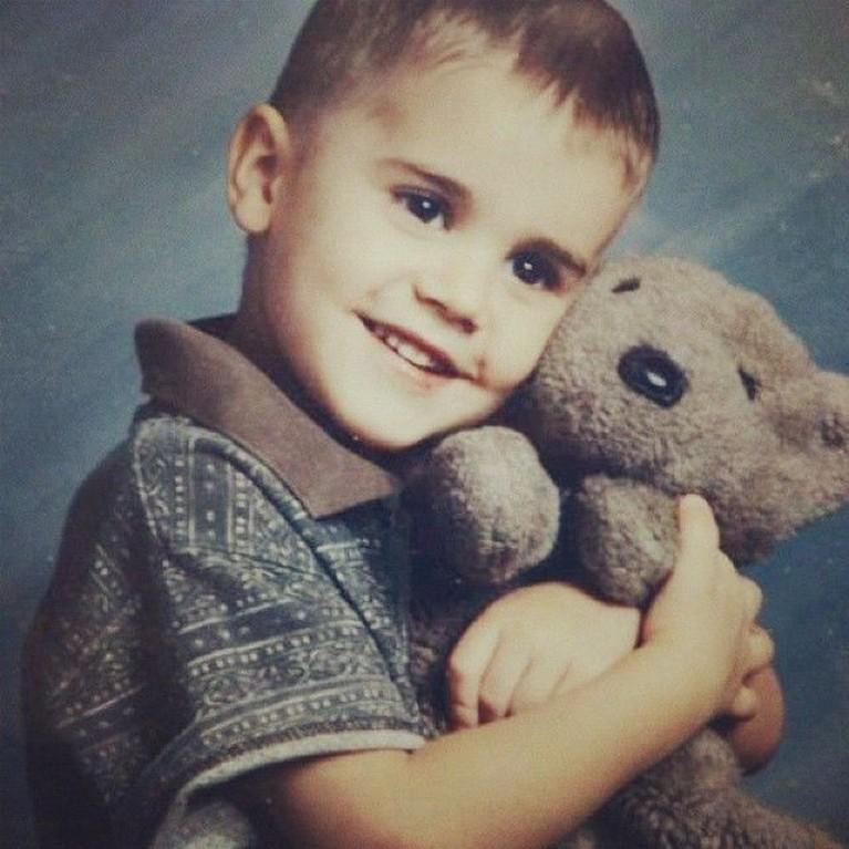 Justin Bieber terlihat lucu saat memeluk boneka beruangnya. Mungkin ini foto Justin sewaktu mulai berusia 6 tahun.