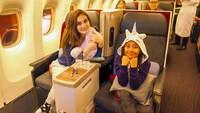 <p>Naik pesawat bercua bersama gadis cilik bisa menciptakan kebahagiaan tersendiri lho buat Luna Maya. (Foto: Instagram @Lunamaya)</p>