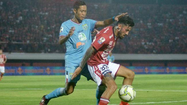 Bali United tetap berada di puncak klasemen Liga 1 2019 kendati bermain imbang 2-2 Persipura Jayapura, Senin (11/11).