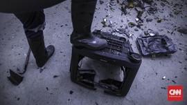 FOTO: Pecahkan Saja Botolnya dan Hancurkan TV-nya