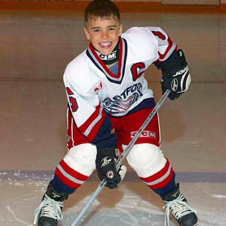Justin mulai beranjak menjadi remaja dengan potongan pendek rambutnya. Ia terlihat sedang asyik bermainHockey.