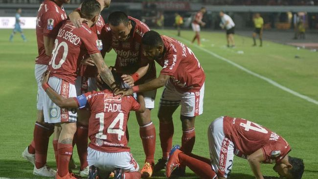 Mantan pesepak bola asal Bali, Komang Mariawan, berharap Bali United semakin perhatian dengan talenta lokal Pulau Dewata setelah resmi melantai di bursa saham.