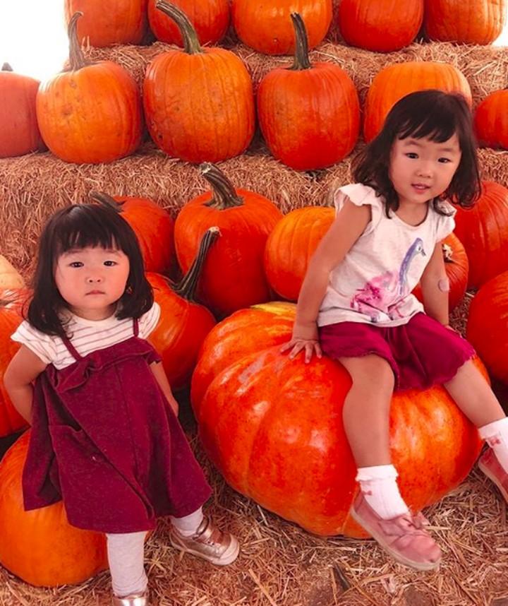 Yuk, intip enam foto lucu dan menggemaskan Satsuki dan Miko, anak-anak Marie Kondo. Itu lho, Bun, penemu metode berbenah KonMari yang lagi ngehits banget.