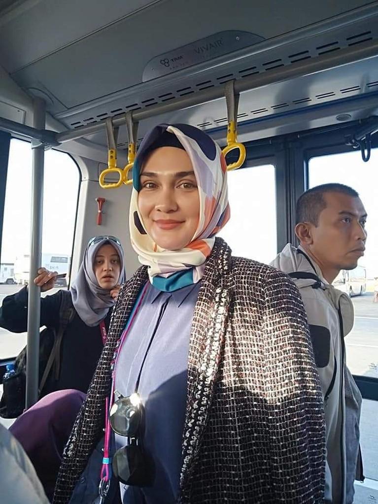 Tampil dengan hijab selama umrah, Luna Maya banjir dapat pujian, salah satunya dari Kartika Putri. Kartika menuliskan