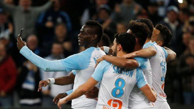 Gawang klub Maroko Youssoufia Berrechid kebobolan setelah para pemainnya melakukan selebrasi selfie ala penyerang Olympique Marseille Mario Balotelli.