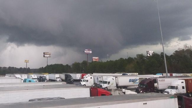 Setidaknya 23 orang tewas setelah tornado menerjang Lee County, Alabama, Amerika Serikat, pada Minggu (3/3).