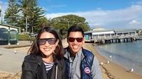 <p>Pantai menjadi salah satu destinasi yang dikunjungi Dian dan Indra saat di Australia. (Foto: Instagram @therealdisastr)</p>