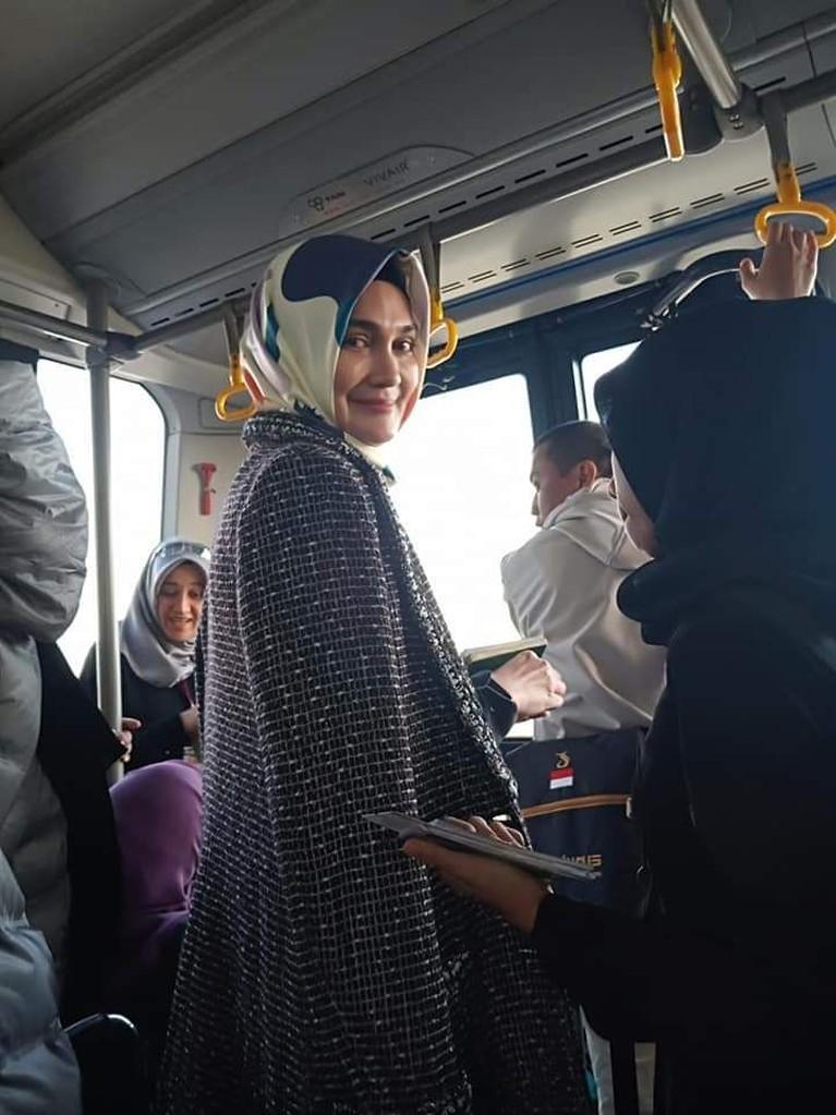 Pulang umrah, Luna Maya mengenakan hijab yang membuat. Ia pun dibanjiri pujian dari para teman sesama artisnya. Seperti apa ya penampilannya?