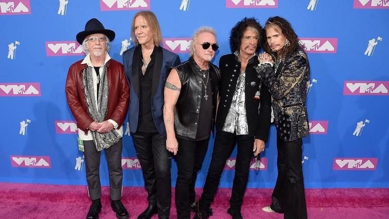 Band legendaris, Aerosmith, juga tak jadi tampil pada 13 Mei 2013 silam. Penyebabnya, kondisi Indonesia yang tidak kondusif karena aksi bom.