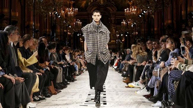 Dalam koleksi terbarunya di Paris Fashion Week, Stella McCartney menghadirkan koleksi yang mengajak orang untuk menanam pohon.