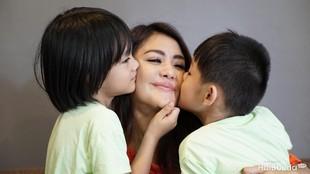 Cerita Haru Anak Juliana Moechtar 'Ngobrol' dengan Makam Sang Ayah
