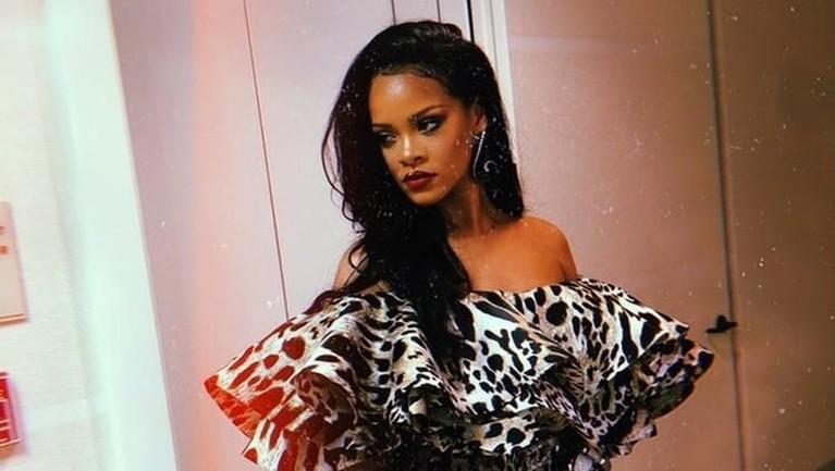 Bukan hanya sekali, konser Rihanna di Jakarta harus dibatalkanhingga dua kali. Hal itu diakibatkan travel warning dari pemerintah Amerika Serikat dan kekerasan yang dilakukan oleh Chris Brown.
