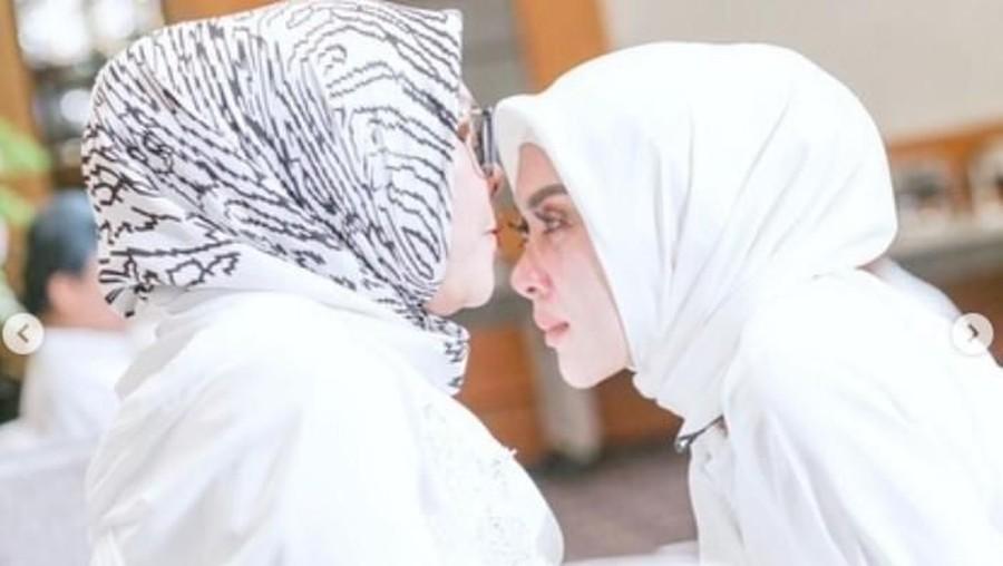 Momen Syahdu Syahrini Mohon Doa Restu Ibu dan Mertua Sebelum Nikah