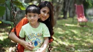 Reaksi Lucu Anak Almarhum Herman 'Seventeen' Saat Diberi Angpao