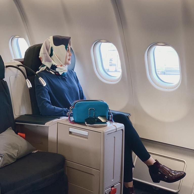 Gaya Luna Maya saat bertolak dari Mekkah untuk kembali ke Indonesia. Selamat datang kembali, Luna!