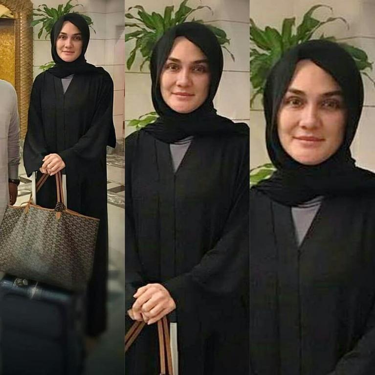 Luna Maya tampil cantik dengan wajah polos dan hijab berwarna hitam yang membuat auranya semakin terpancar.