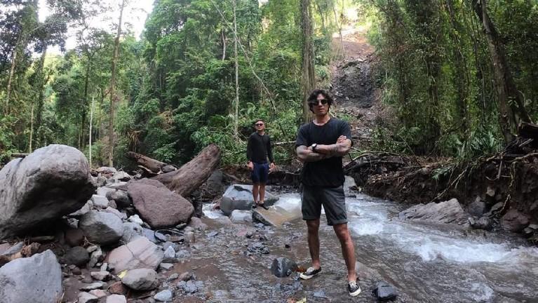 Host MTMA,Marshall Sastra, Syamsir Alam dan Vincent Verhaag, siap membawa kita melihatsurga terbunyi di Lombok, yaitu Air TerjunTiu Kelep.