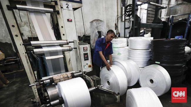 Pekerja menyiapkan gelondongan kantong plastik murni yang akan dipotong di PT Batu Mas Murni, Jakarta. CNNIndonesia/Safir Makki