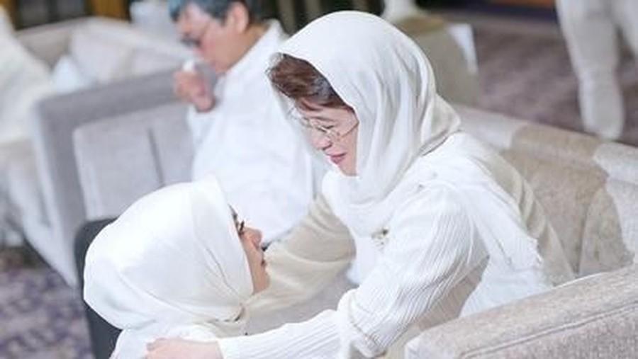 Tatapan Haru dan Bahagia Syahrini Saat Sungkem pada Ibu Mertua