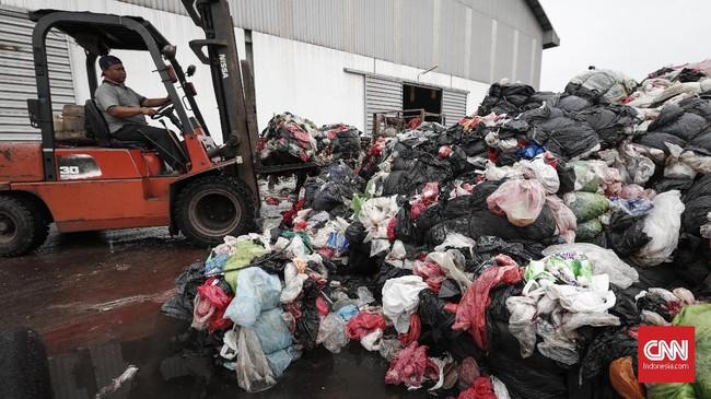 Industri kantong plastik tak hanya menghasilkan produk yang berujung menjadi sampah. Industri ini juga mengolah kembali sampah menjadi kantong plastik baru.