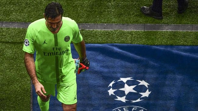Gianluigi Buffon berjalan dengan wajah kosong usai PSG vs Manchester United yang bisa menjadi penampilan terakhirnya di Liga Champions.
