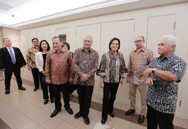 Sri Mulyani didampingi sang suami menjenguk Ani Yudhoyono. Mereka disambut hangat SBY dan Agus Yudhoyono. Intip foto-fotonya, Bunda!